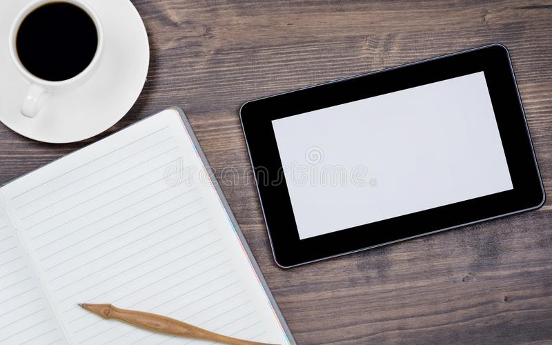 MinnestavlaPC och ett kaffe och en anteckningsbok med pennan på kontoret royaltyfria bilder