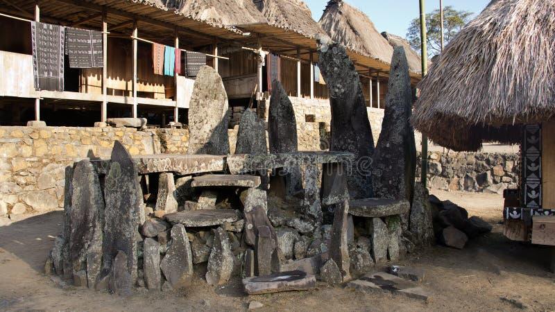 Minnestavlor i Bena en traditionell by med gräskojor av det Ngada folket i Flores royaltyfria bilder