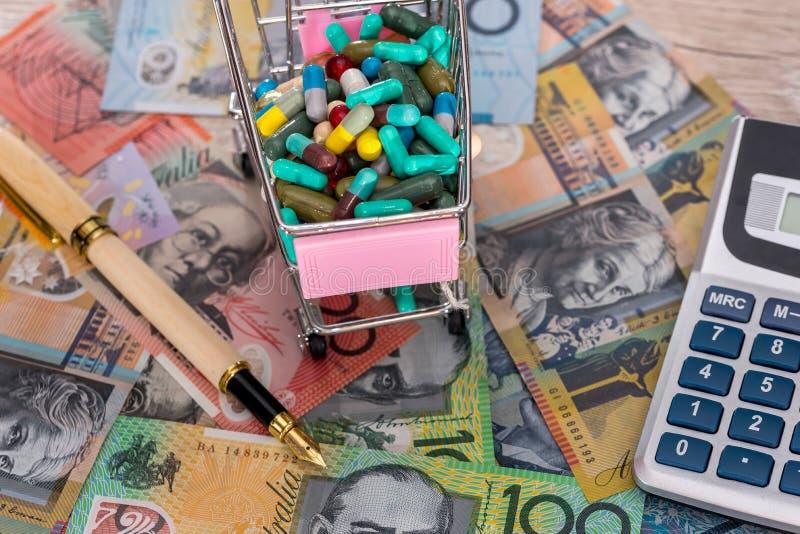 Minnestavlor i vagn på australiska dollar med pennan och räknemaskinen arkivbild
