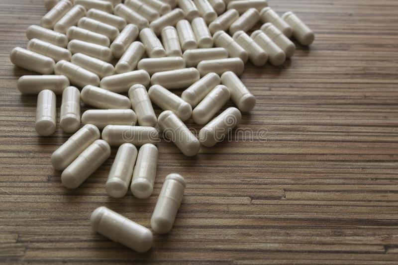Minnestavlor och kapslar av spridda medicin och medicinska droger Farmaceutiska preventivpillerar spridda på tabellen royaltyfri foto