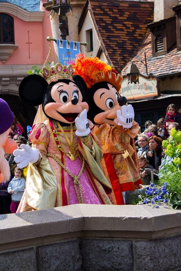 Minnie en Mickey Mouse tijdens een show, Disneyland Parijs stock fotografie