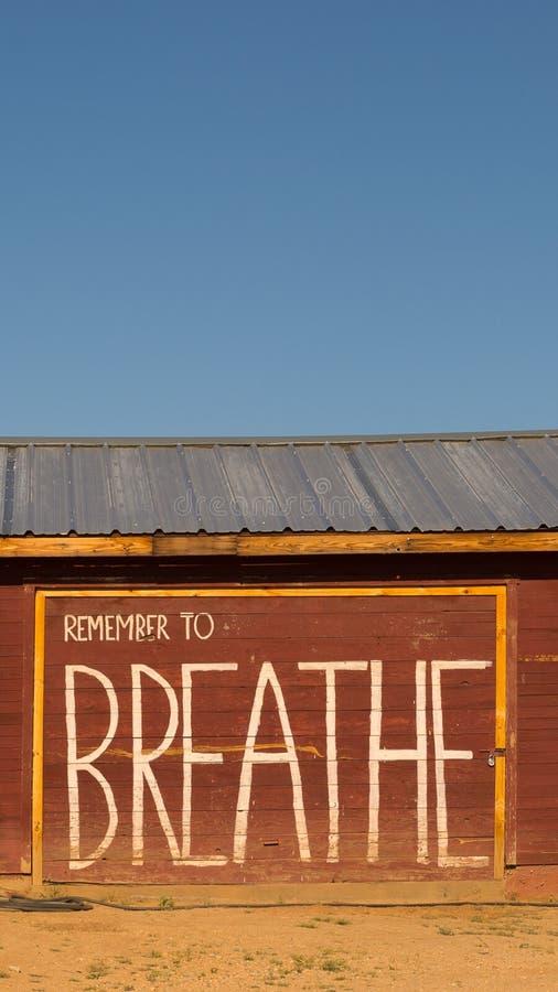 Minns att andas den inspirerande meddelandetapeten arkivbilder