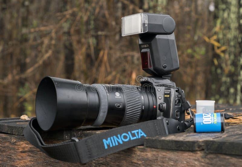 Minolta Maxxum 450si 35mm ανακλαστική κάμερα ενιαίος-φακών με το φακό telephoto και την εξωτερική λάμψη στοκ εικόνες