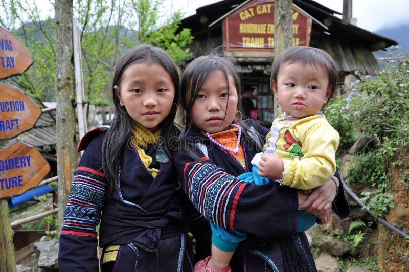 A minoria étnica de Hmong caçoa o jogo no exterior foto de stock