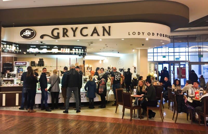 Minorista del helado de Grycan del centro comercial de la alameda del atrio de Koszalin Polonia foto de archivo