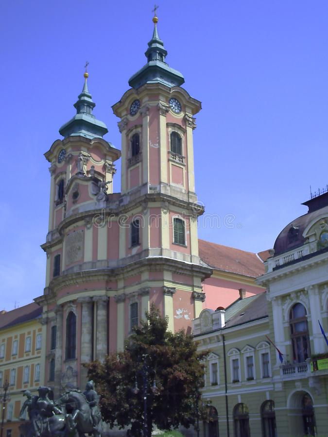 Minorite kyrka i mitt av Eger, Ungern Den Dobo fyrkanten i Eger Utomhus- europeisk bakgrund f?r lopp royaltyfri foto
