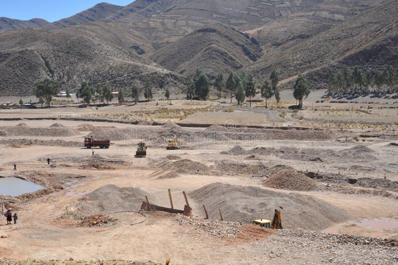 Minować kamień przy dnem mumiowata halna rzeka w Altiplano obrazy stock
