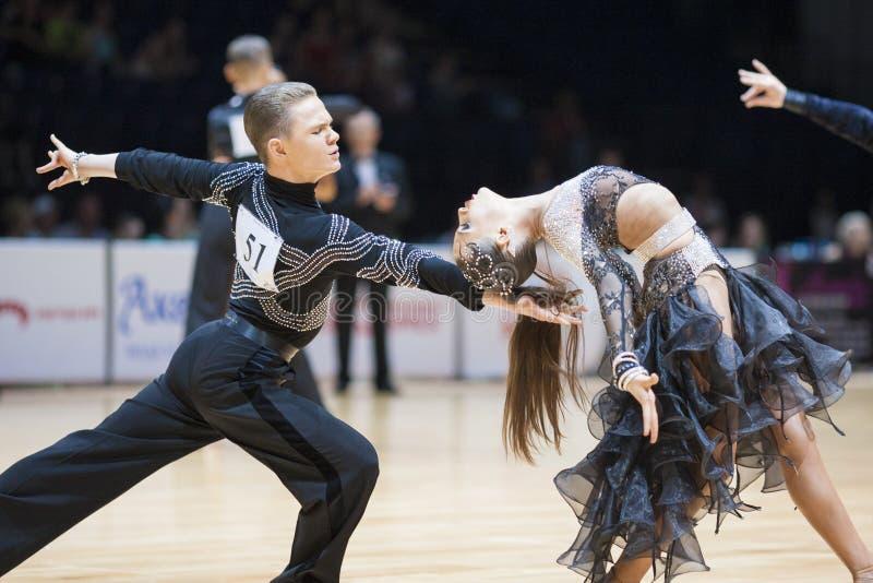 MINSK-BELARUS, 5月, 18日:未认出的舞蹈夫妇执行青年时期 免版税库存图片