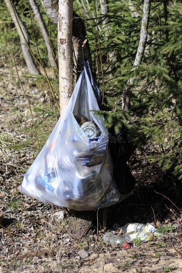 minsk belarus 14. April 2019 in der Parkbereichs-Abfalltasche ?kologisches Krisenfoto stockfoto