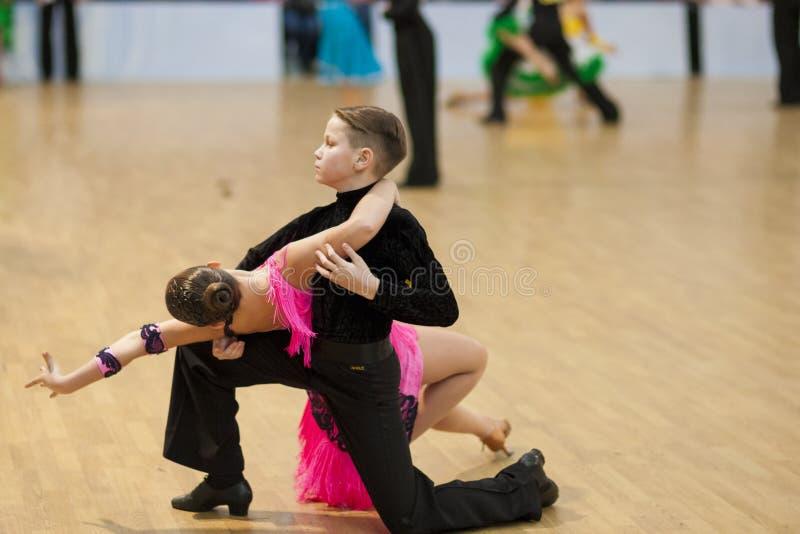 MINSK-BELARUS, AVRIL, 7 : Le couple non identifié de danse exécute Yout images libres de droits