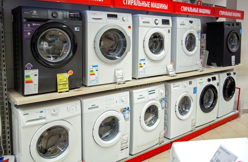 MINSK, BELARUS - 1. Dezember 2019: Waschmaschinen verschiedener Marken in Einzelhandelsgeschäften stockfoto