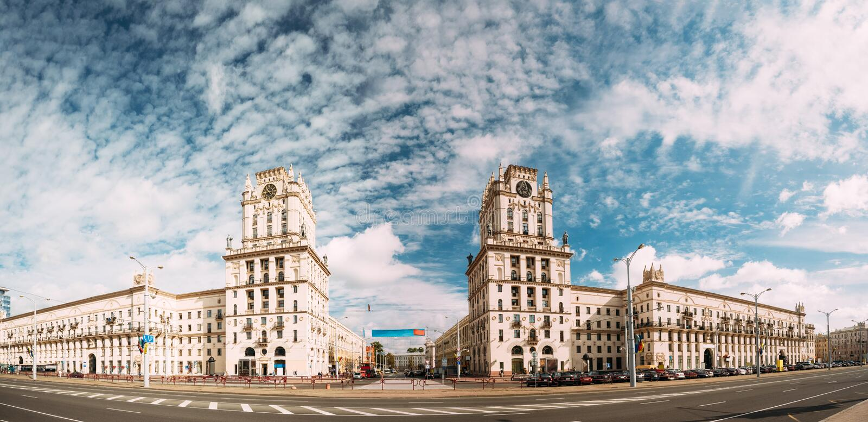Minsk, Belarus Due torri delle costruzioni che simbolizzano i portoni di Minsk fotografie stock libere da diritti