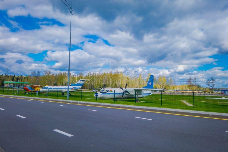 MINSK, BELARUS - 1ER MAI 2018 : Musée d'air ouvert de vieille aviation civile au pénétrer dans de l'aéroport de Minsk Le Tupolev  photo libre de droits