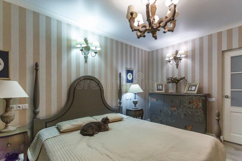 MINSK, BELARUS - février 2019 : Intérieur de la chambre à coucher moderne dans l'appartement de grenier en appartements chers ave photographie stock libre de droits