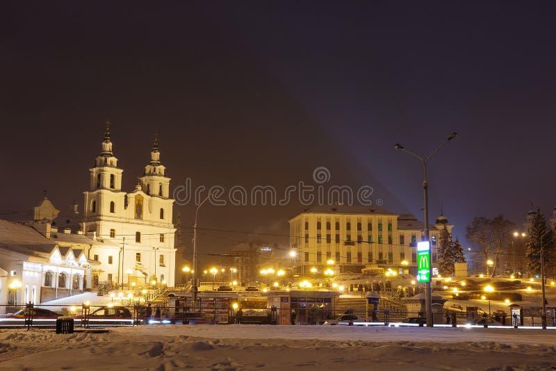 Minsk, Belarus - 11 février 2018 : Nuit Minsk Place célèbre à Minsk Capitale du Belarus Vieille ville Paysage urbain de l'hiver photos stock