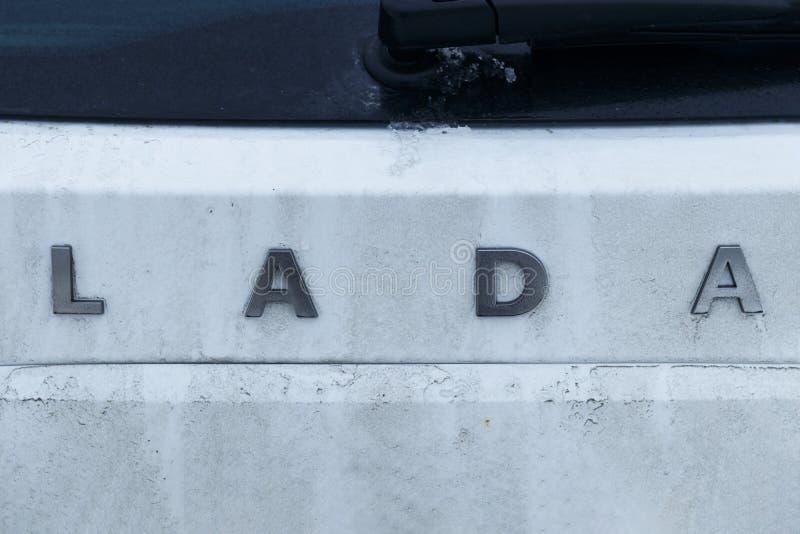 minsk belarus 13 gennaio 2019 sull'automobile dell'iscrizione bianca Lada di colore l'automobile non è abbastanza pulita là è la  immagine stock libera da diritti
