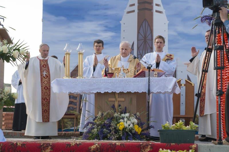 MINSK-BELARUS, IL 21 GIUGNO: Vescovo cattolico che prega prima della rottura fotografie stock libere da diritti