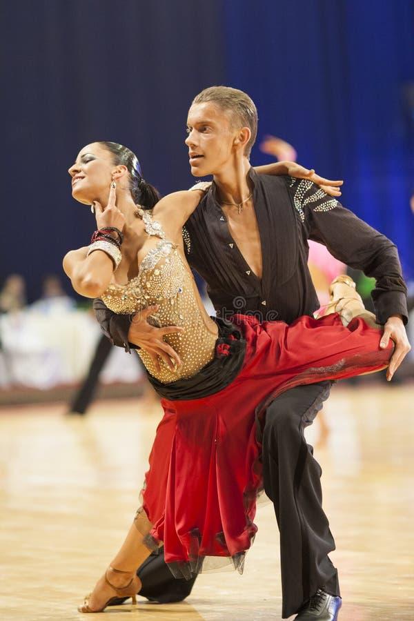 MINSK-BELARUS, IL 25 NOVEMBRE: La coppia non identificata di ballo esegue immagini stock libere da diritti
