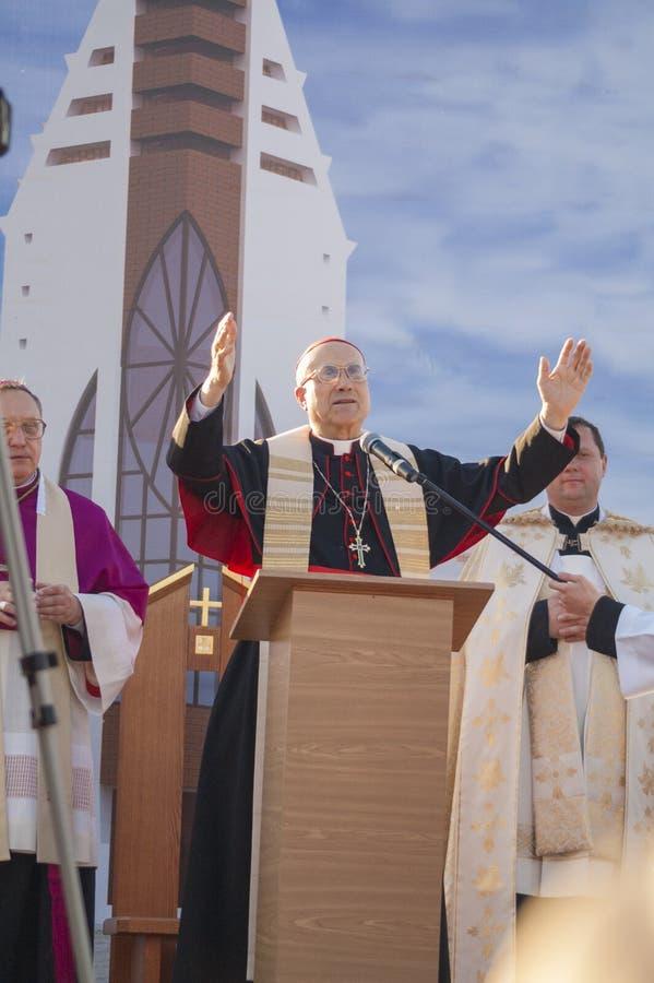 MINSK-BELARUS, JUNIO, 21: Tarcisio cardinal romano Bertone abre n fotografía de archivo