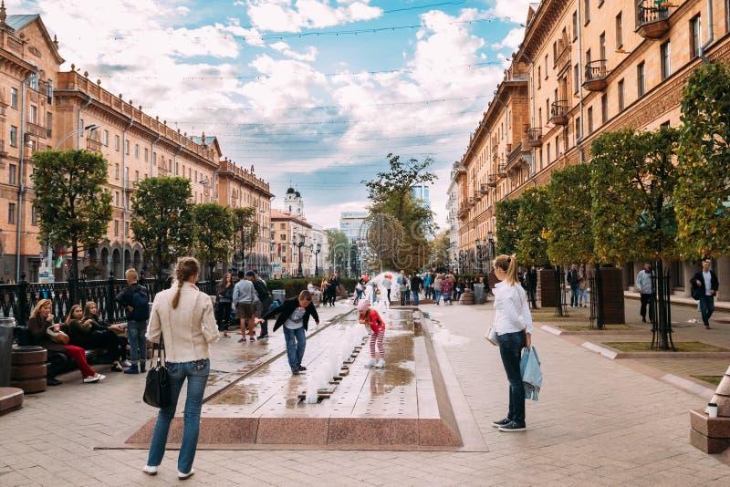 Minsk, Belarus Kinderspiel nahe einem Brunnen unter der Überwachung lizenzfreie stockfotos