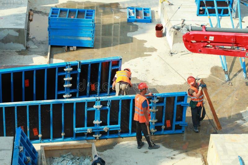 Minsk, Belarus, le 27 août 2013 : Construction des travailleurs turcs images libres de droits
