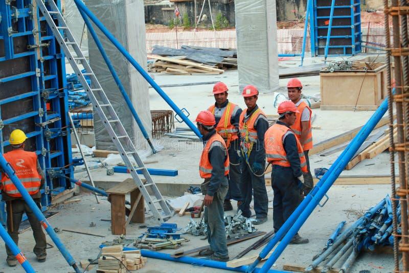 Minsk, Belarus, le 27 août 2013 : Construction des travailleurs turcs photographie stock