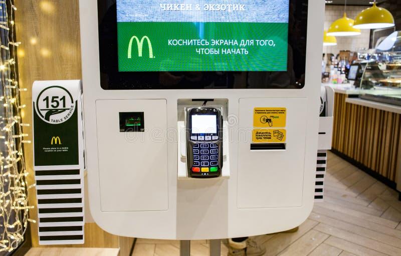 Minsk, Belarus, le 27 décembre 2018 : Terminal de paiement sur le kiosque pour commander la nourriture au restaurant de mcdonald photos stock