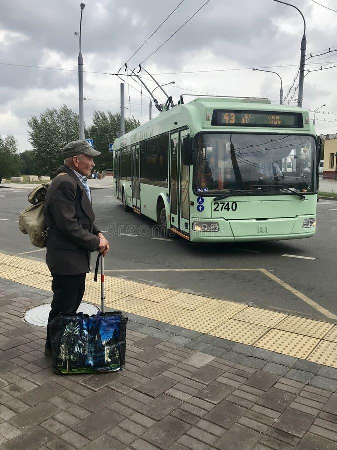 MINSK, MINSK, BELARUS LE 7 JUILLET 2019, un homme plus âgé retourne de sa datcha Se penche sur une canne Il a un sac à dos lourd  image libre de droits