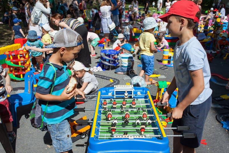 Minsk, Belarus, le 3 juin 2018 : Le football de table de jeu d'enfants sur le terrain de jeu avec beaucoup d'enfants, parents et  image libre de droits