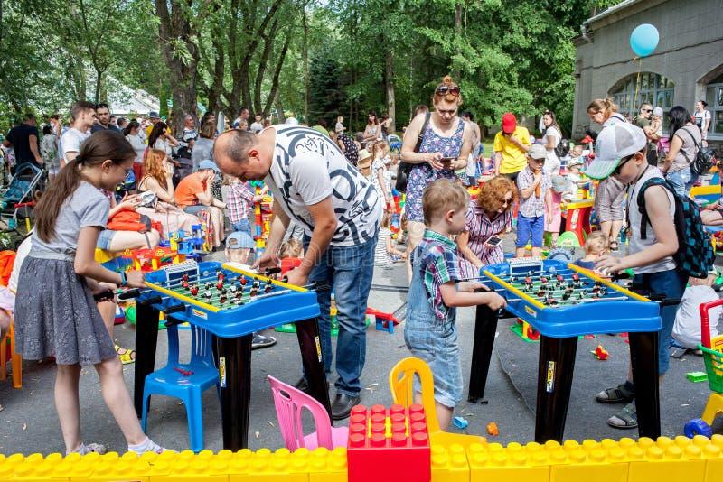 Minsk, Belarus, le 3 juin 2018 : Les enfants avec des parents jouent le football de table et d'autres jeux sur le terrain de jeu  image libre de droits