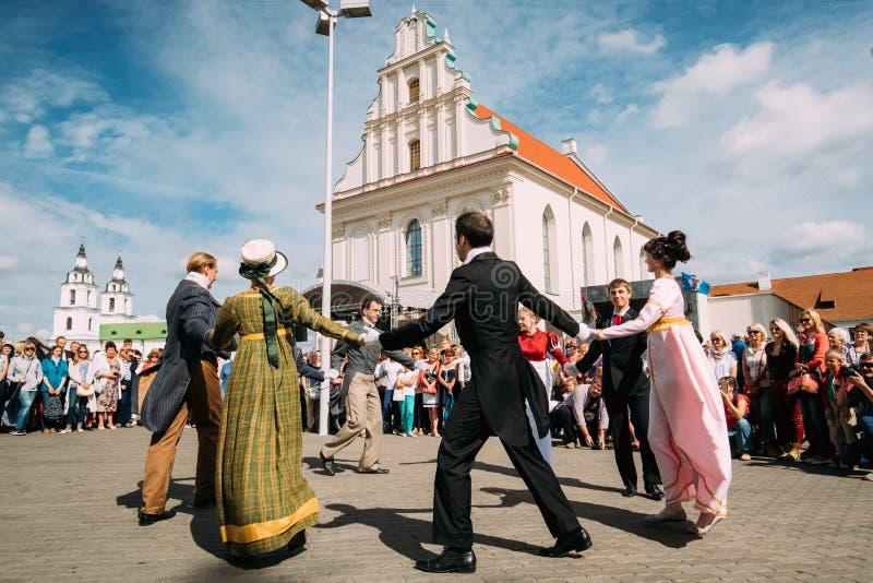 Minsk, Belarus Les couples des personnes se sont habillés dans des vêtements du 19ème photo libre de droits