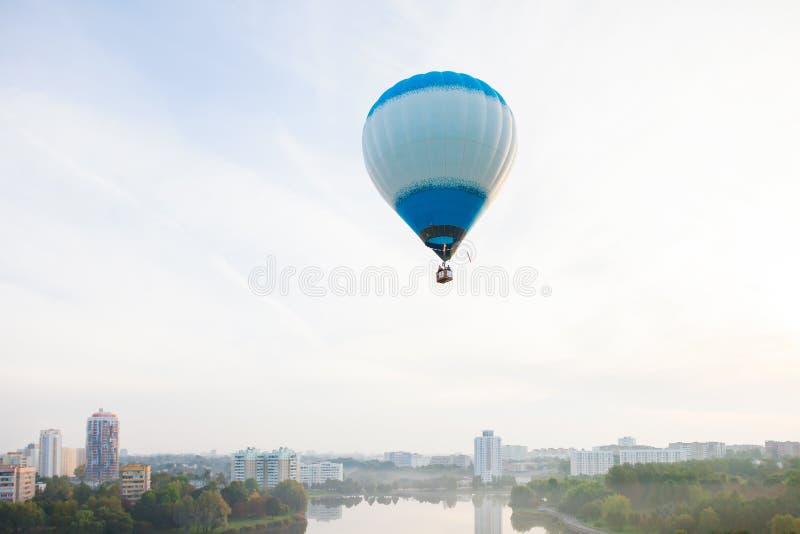Minsk, Belarus 13-September-2014: Ansicht von Heißluft baloon Fliegen lizenzfreie stockfotos