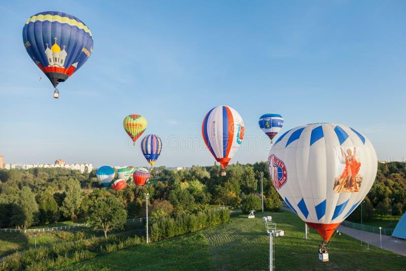 Minsk, Belarus 12-September-2014: Ansicht von Heißluft baloon Fliegen lizenzfreie stockbilder