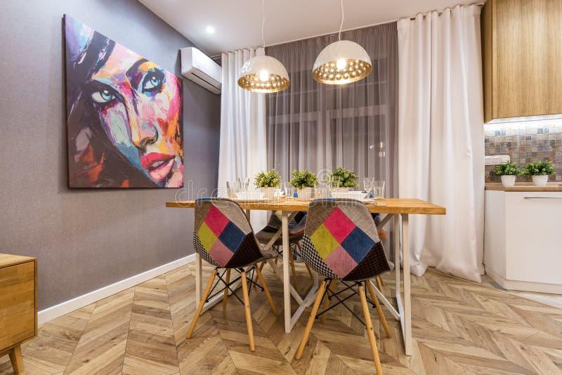 MINSK, BELARUS - SEPTEMBER, 2019: Binnenkant van de moderne luxe guestroom in studio-appartementen in bruine kleur stock foto