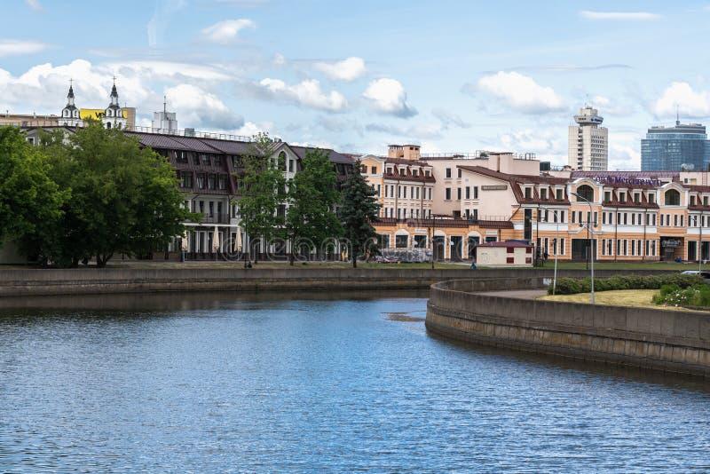 Minsk, Belarus, une vue de la rivière de Svislach, du centre avec vieux bâtiments et église photos stock