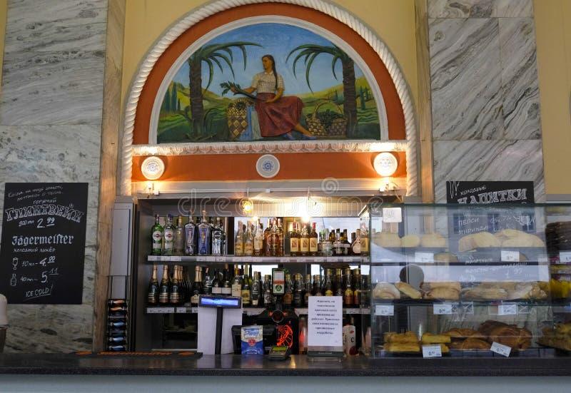 Minsk, Belarus Vitrine avec des marchandises de traditiom et vieille mosaïque de style de l'Union Soviétique dans le gastronom de photo stock