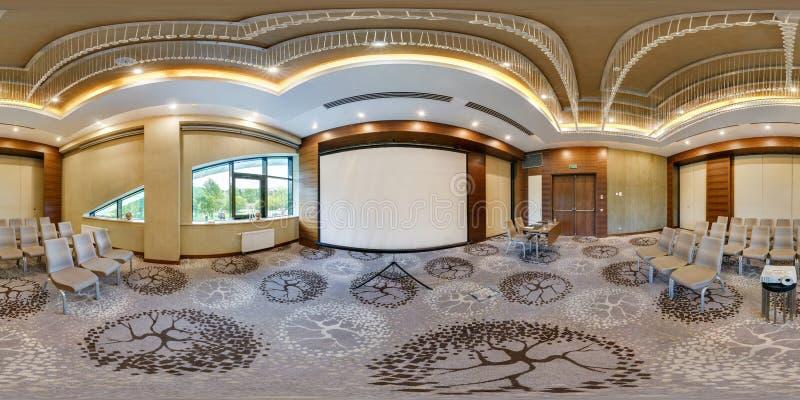 MINSK BIAŁORUŚ, LIPIEC, -, 2017: pełna bezszwowa panorama 360 stopni kąta widoku w wnętrzu luksus pusta sala konferencyjna dla zdjęcie royalty free