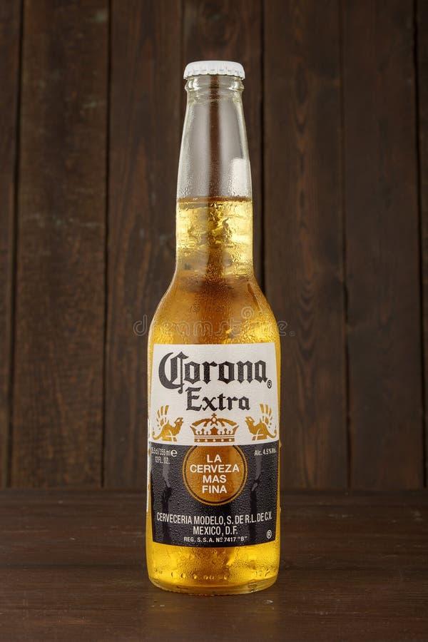 MINSK BIAŁORUŚ, CZERWIEC, - 29, 2017: Redakcyjna fotografia butelka korony słonecznej Ekstra piwo na drewnianym tle, jeden wierzc fotografia royalty free