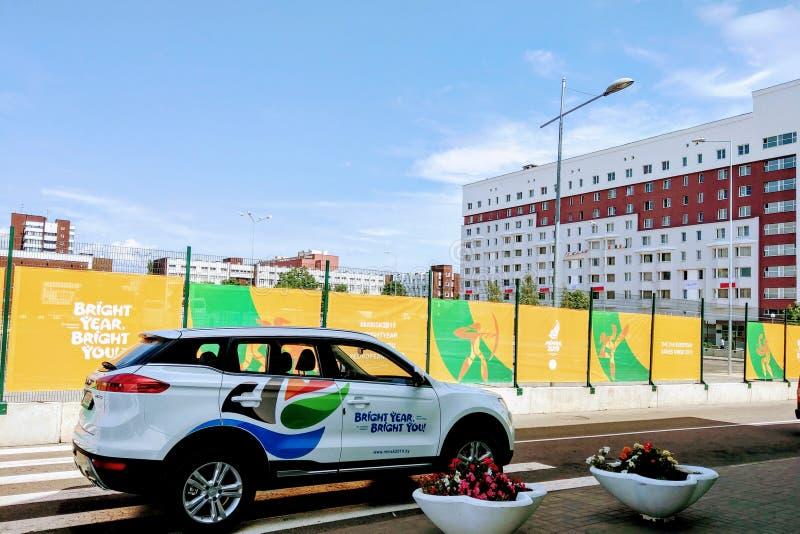 Minsk, Białoruś, Czerwiec 20, 2019: Widok samochód z emblematem drugi Europejskie gry w Białoruś w miasteczku dla atlet zdjęcie stock