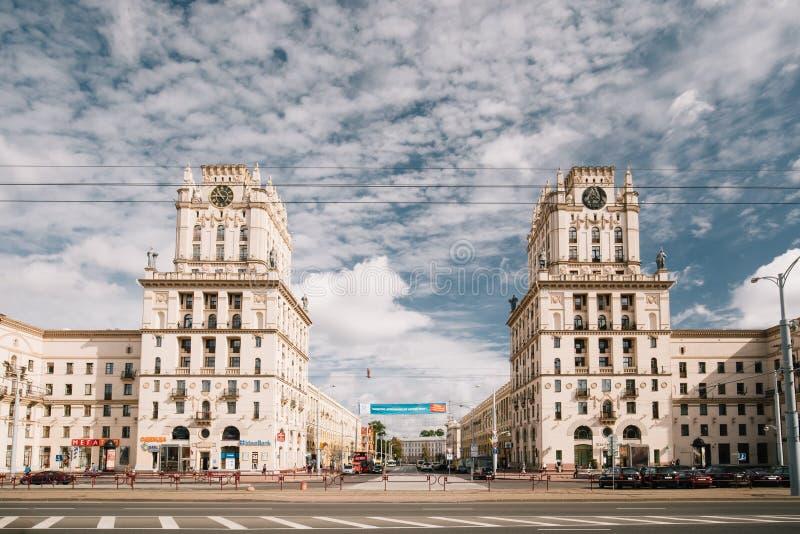 Minsk, Białoruś Dwa budynku Górują Symbolizujący bramy Mi obrazy royalty free