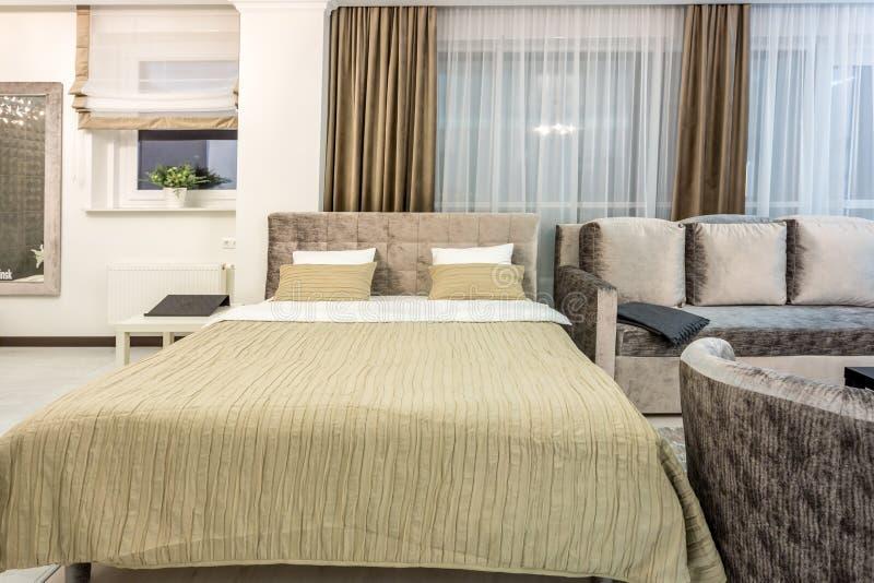 MINSK BIAŁORUŚ, GRUDZIEŃ, - 2018: Dwoisty łóżko z poduszkami w wnętrzu nowożytna sypialnia w loft mieszkaniu w lekkiego koloru st obraz royalty free