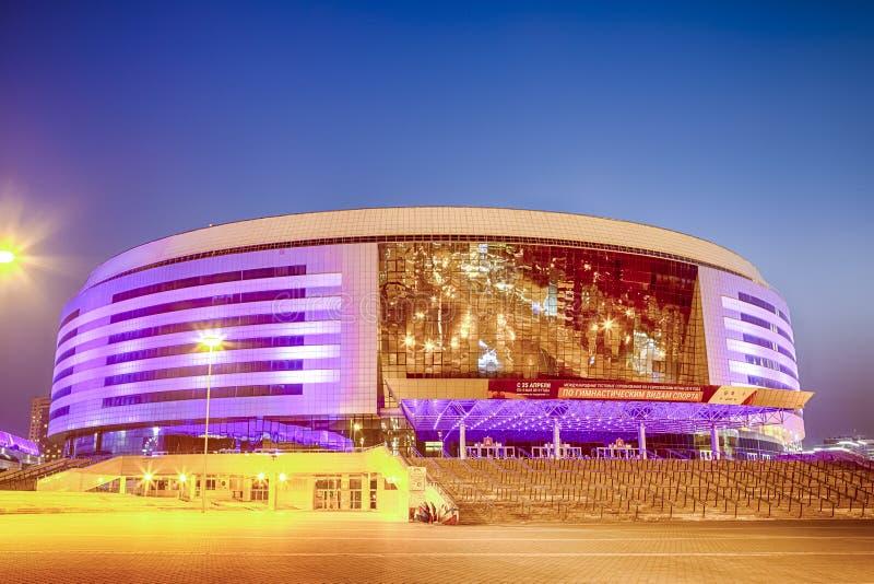 Minsk Białoruś, Kwiecień 23, 2019: Minsk areny kompleks jako Główny sporta miejsce wydarzenia z Fiołkową nocy iluminacją dla Drug fotografia stock