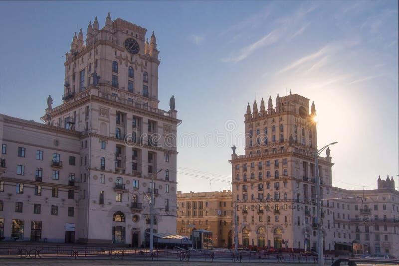 Minsk Białoruś, Lipiec, - 8, 2018: Punktu zwrotnego Dwa budynki Górują Symbolizujący bramy Minsk fotografia royalty free