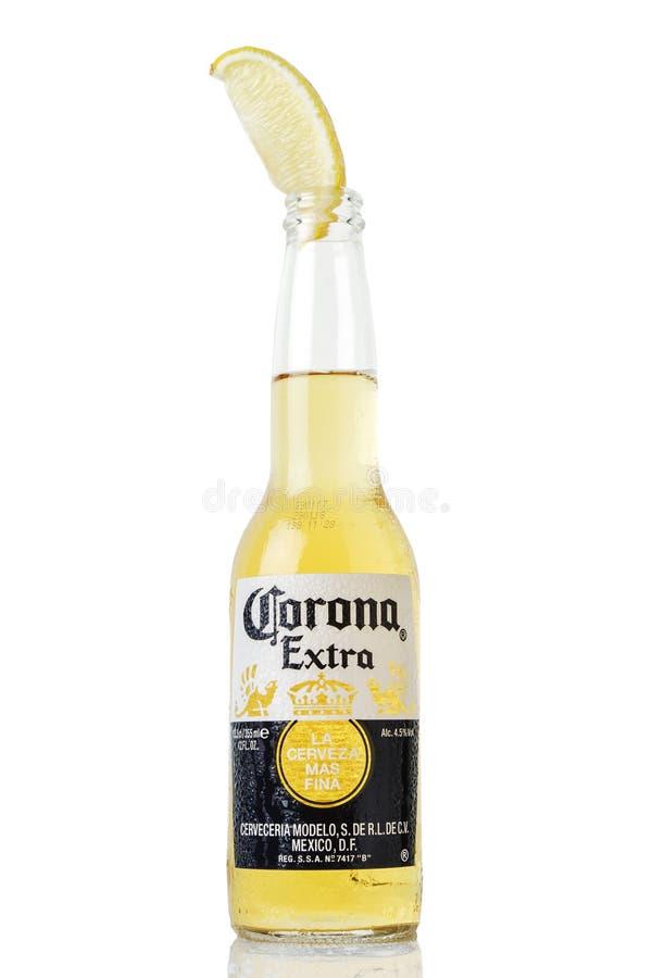 MINSK BIAŁORUŚ, LIPIEC, - 10, 2017: Redakcyjna fotografia butelka korony słonecznej Ekstra piwo odizolowywający na bielu, jeden n obraz stock