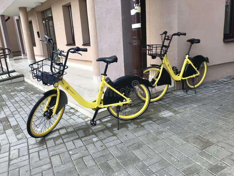 MINSK, MINSK, BIAŁORUŚ LIPIEC 21, 2019, Stacjonarny roweru udzielenie Bicykle dla czynszu są na ulicach fotografia stock