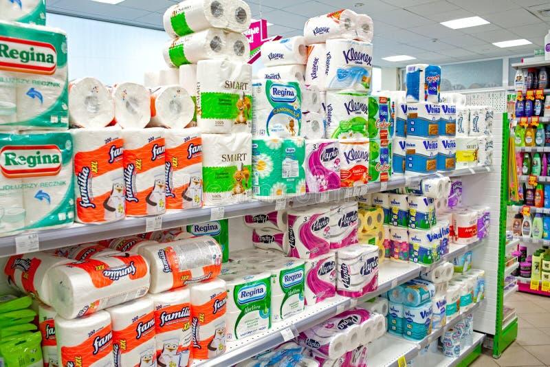 MINSK BIAŁORUŚ, MAJ, - 22, 2019: Różnorodni typy toaletowego tkankowego papieru i ręczników pokaz w supermarkecie zdjęcia royalty free