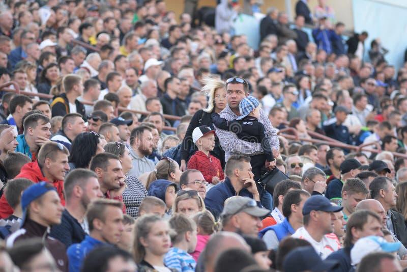 MINSK BIAŁORUŚ, MAJ, - 23, 2018: Rodzice i dziecko są przyglądający dla miejsca przed Belarusian Najważniejszego liga futbolem obrazy royalty free