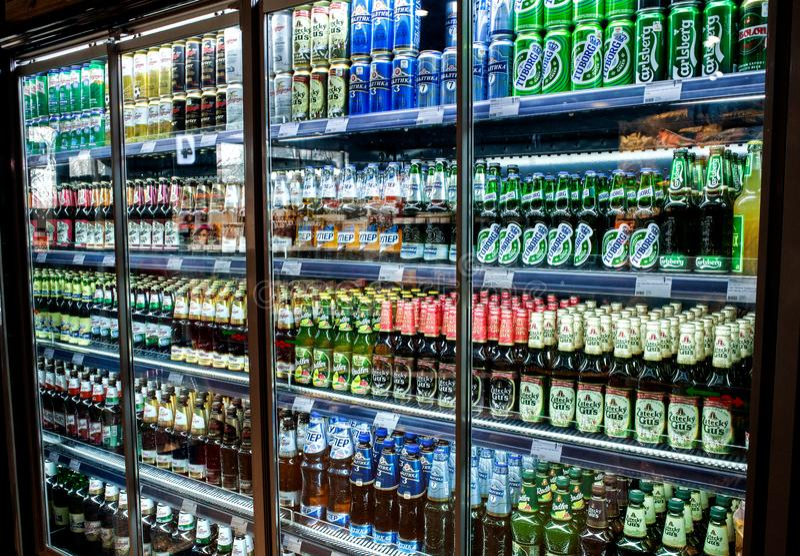 Minsk, Białoruś, Marzec 21, 2019: Wiele butelki piwo różni gatunki pokazują na półce dla sprzedaży w supermarkecie zdjęcie royalty free