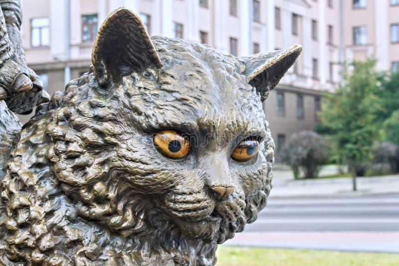 MINSK BIAŁORUŚ, SIERPIEŃ, - 04, 2012: Miasto brązowa rzeźba kot blisko Belarusian stanu cyrka obrazy royalty free