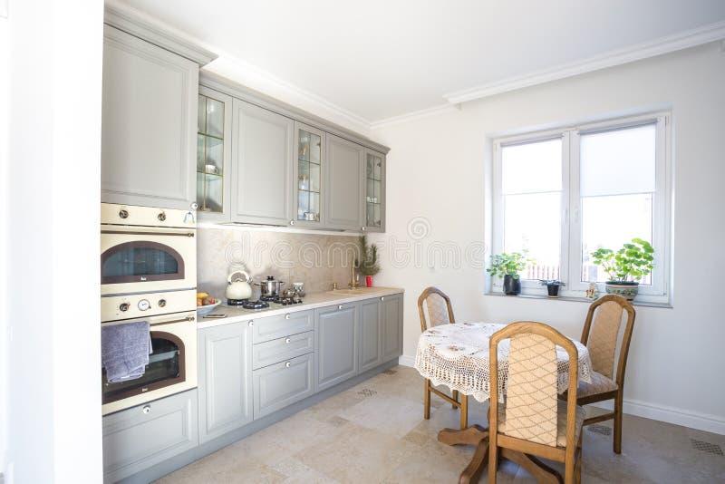MINSK BIAŁORUŚ, Styczeń, -, 2019: luxure kuchenny wnętrze loft mieszkania mieszkania obraz stock